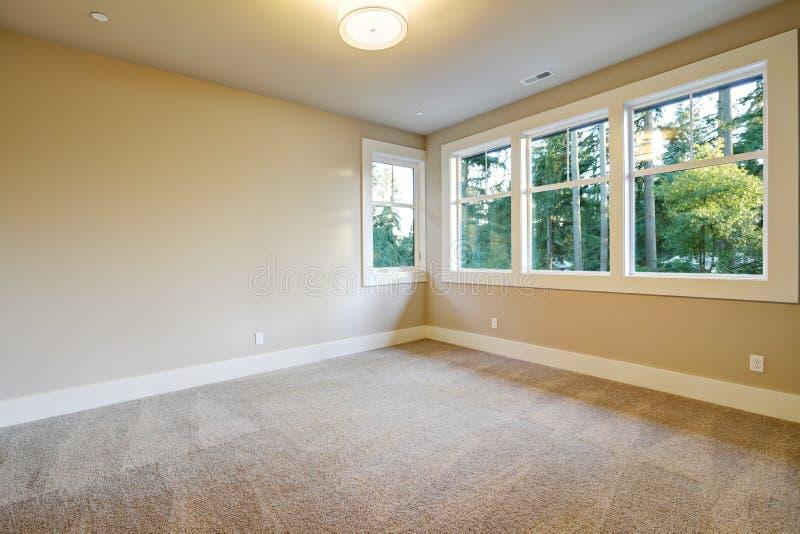 Пустой интерьер комнаты в доме нового строительства стоковое фото