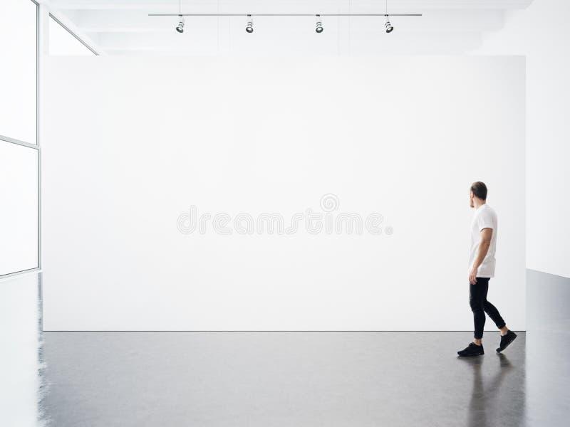 Пустой интерьер с белым, пустой, холстом и детенышами стоковая фотография rf