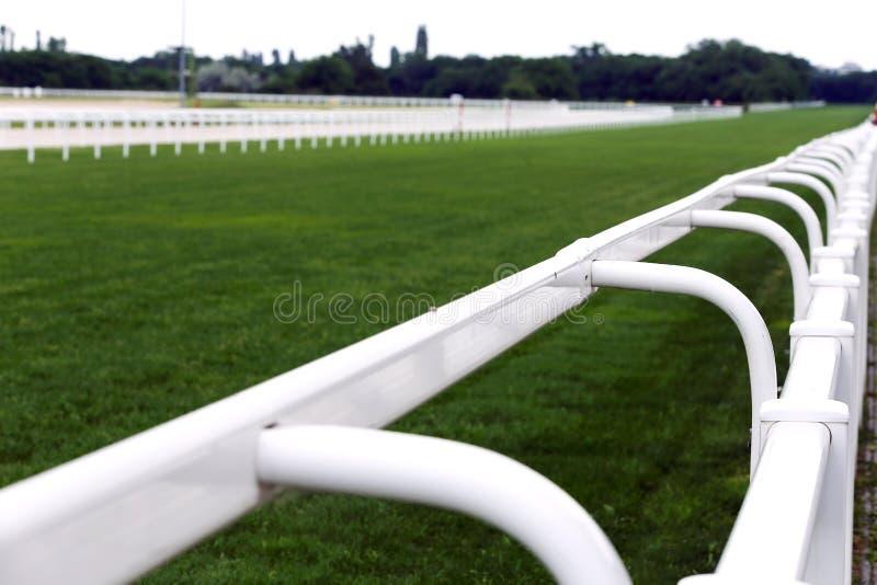Пустой ипподром гоночного трека без лошадей и всадников стоковое изображение rf
