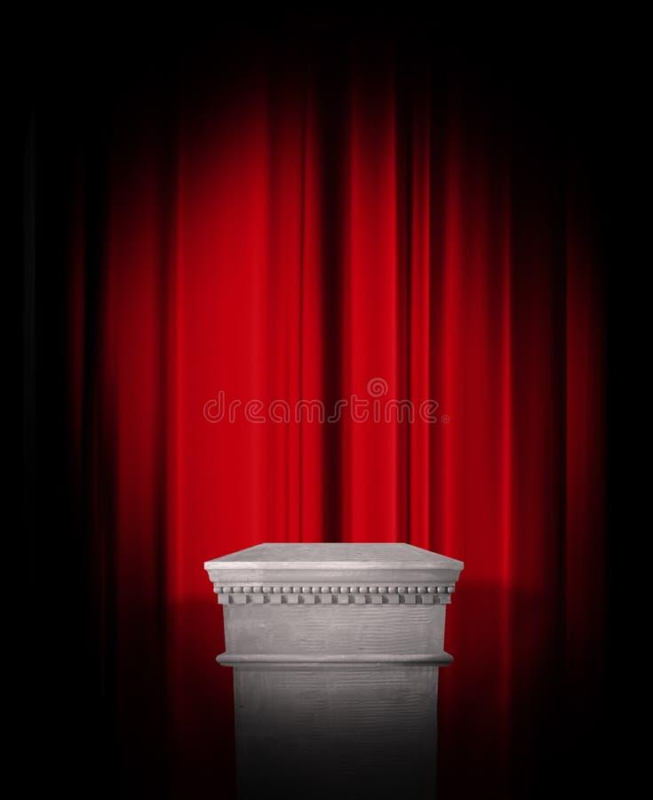 Пустой дисплей постамента на красном занавесе стоковое фото rf