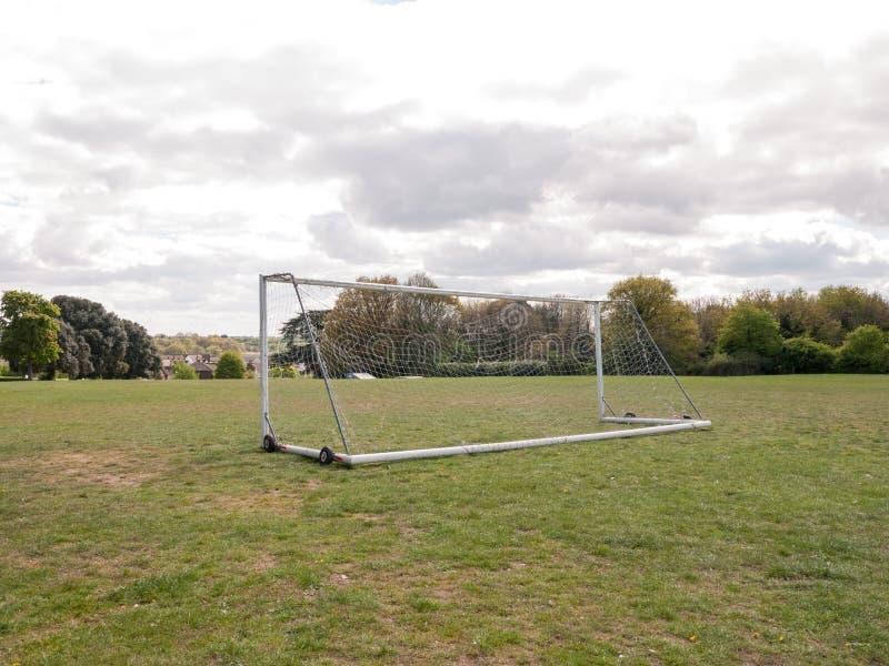 Пустой и неиспользованный столб цели с белой сетью в середине стоковые фото