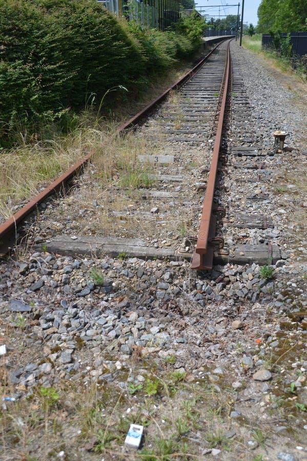 Пустой и покинутый железнодорожный путь стоковая фотография rf