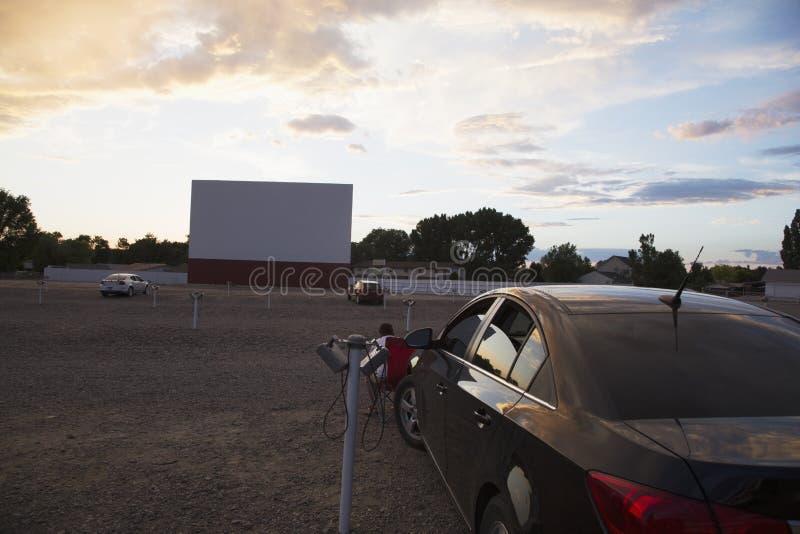 Пустой киноэкран на заходе солнца, приводе звезды в кинотеатре, Montrose, Колорадо, США стоковое фото