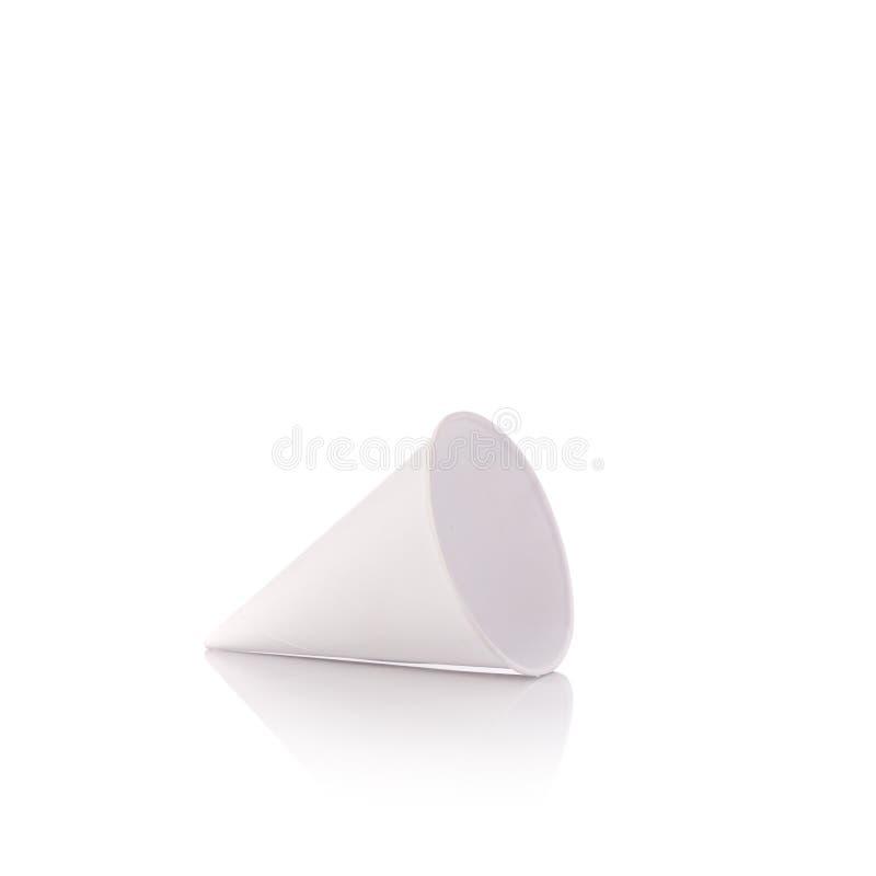 Пустой конус белой бумаги для выпивать воды Изолированная съемка студии стоковые изображения rf