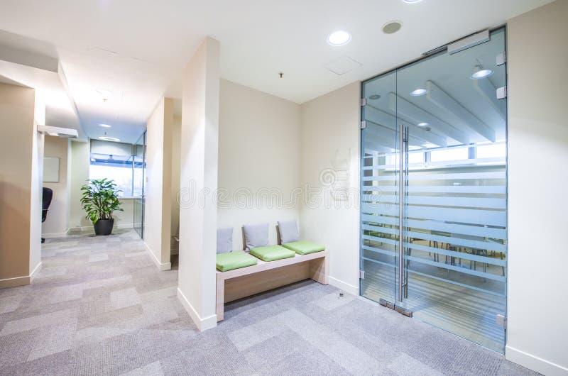Пустой коридор в современном офисе стоковое фото rf