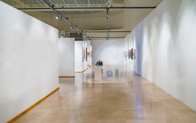 Пустой космос галереи с белыми стенами стоковые изображения rf