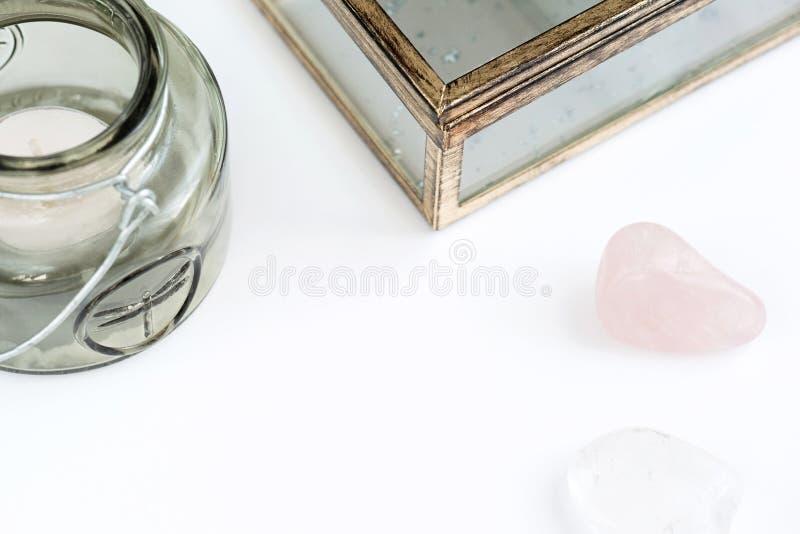 Пустой космос с цвета оливк подсвечником, стеклом с ларцом золота, розовым кварцем и чистым кварцем на белой предпосылке стоковое изображение rf