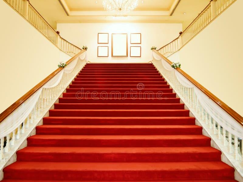 Пустой красный ковер с белыми роскошными лестницами с фарой стоковая фотография