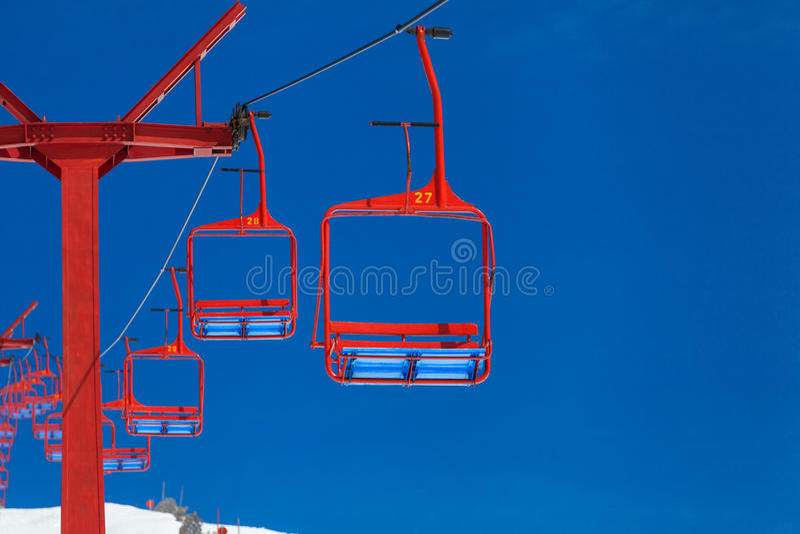 Пустой красный подъем лыжи на гору стоковое изображение rf