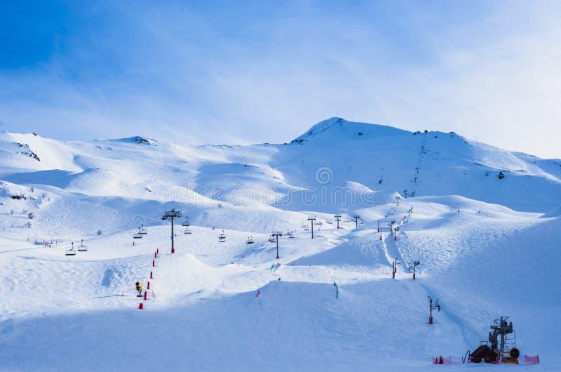 Пустой лыжный курорт Piau-Engaly, Пиренеи, Франции стоковые фотографии rf