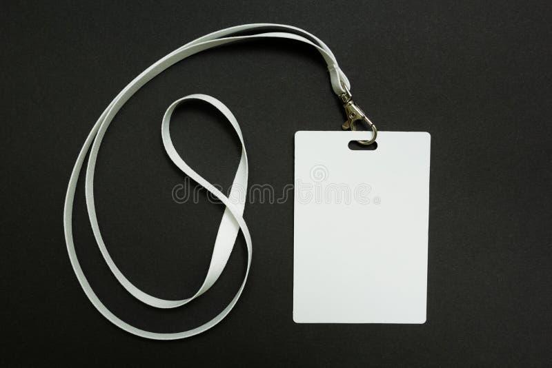 Пустой модель-макет значка изолированный на черноте Простая пустая насмешка бирки имени вверх по висеть на шеи со строкой, на бел стоковая фотография rf
