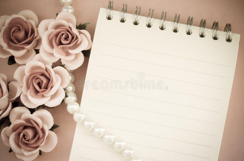 Пустой дневник примечания с поднял стоковые изображения rf