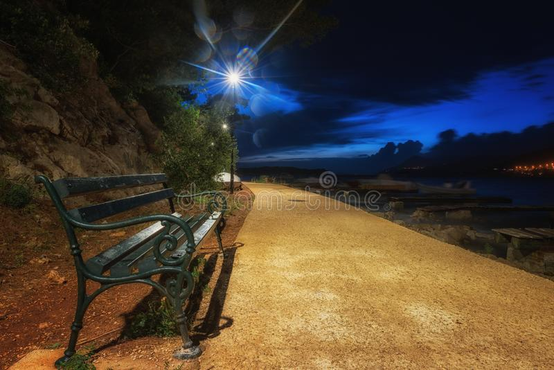 Пустой обваловка ночи с уличными светами и стендом, Дубровником, Хорватией стоковые фото