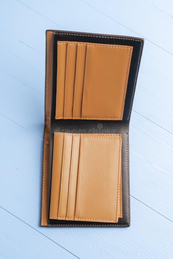 Пустой открытый кожаный кошелек на фоне деревянно-голубой доски стоковая фотография rf