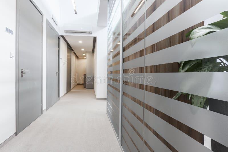 Пустой переходный люк в офисе стоковая фотография rf