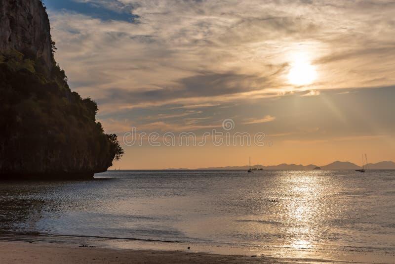 Пустой песочный тропический пляж на заходе солнца Гора на левой стороне и на предпосылках красит золотистым стоковые фотографии rf