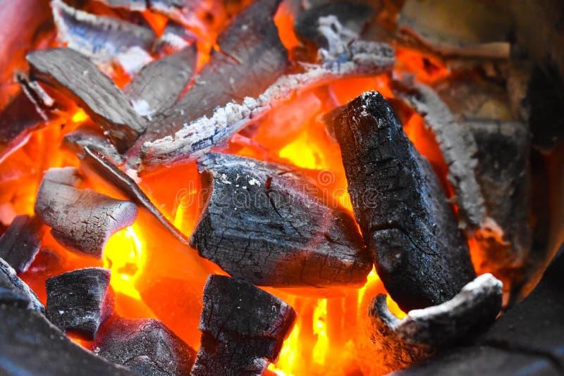 Пустой пламенеющий гриль угля с открытым огнем, подготавливает для размещения продукта Концепция приготовления на гриле, барбекю, стоковое фото rf