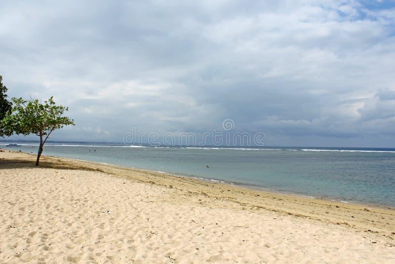 Пустой пляж Бали на пасмурный день стоковое фото rf
