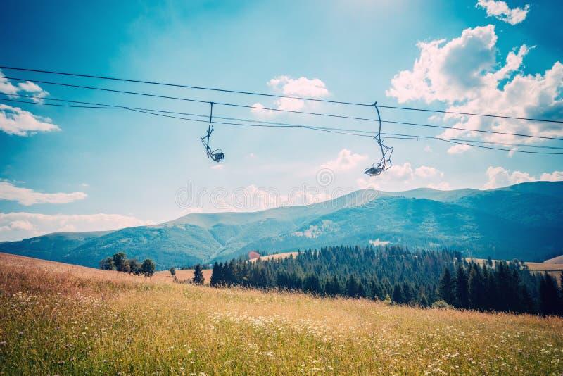 Пустой подвесной подъемник в лыжном курорте стоковая фотография