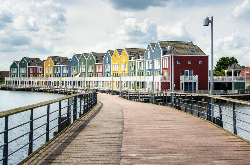 Пустой променад к домам строки берега деревянным стоковое изображение rf