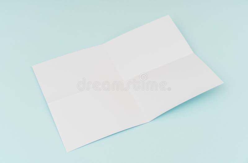 Пустой плакат рогульки, модель-макет брошюры, A4, Нас-письмо, на голубом backg стоковые изображения