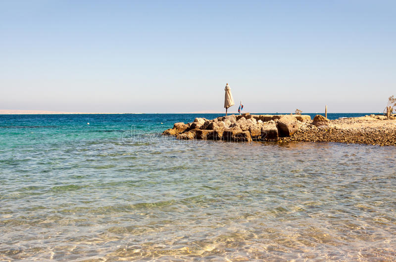 Пустой пляж Красного Моря в Египте без туристов стоковое изображение