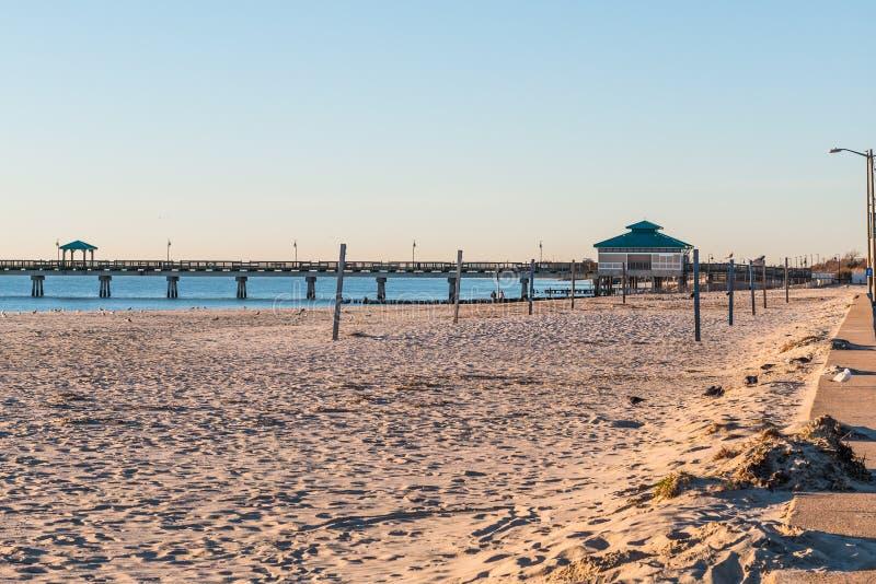 Пустой пляж на пляже Buckroe в Hampton, Вирджинии стоковое фото rf