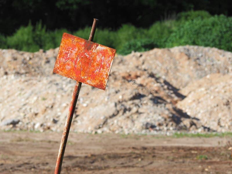Пустой ржавый знак с мягкой почвой в предпосылке стоковые изображения