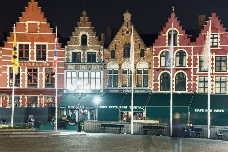 Пустой рынок Grote в Брюгге, Бельгии, в ноче лета стоковое изображение rf