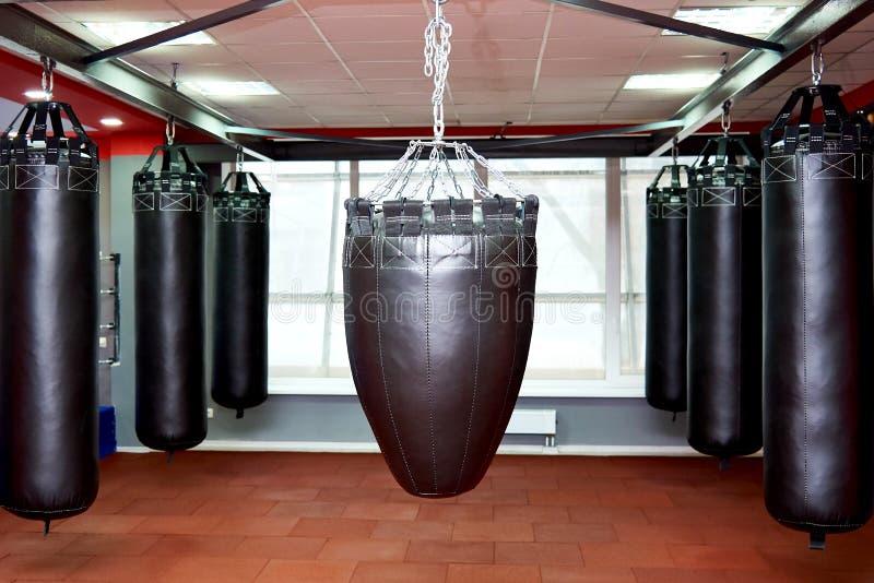 Пустой современный клуб боя с грушами для практикуя боевых искусств стоковое фото rf