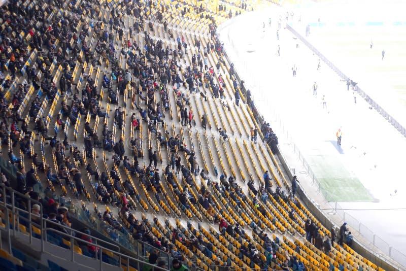 пустой стадион перед спичкой с строками мест a стоковые фотографии rf