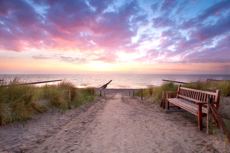 Пустой стенд на пляже стоковое изображение rf