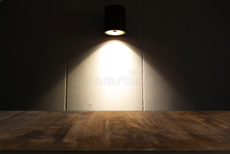 Пустой темный деревянный стол перед конспектом запачкал backg bokeh стоковые изображения rf