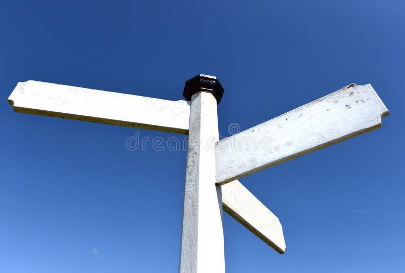 Пустой традиционный белый деревянный пальц-столб стоковые фото