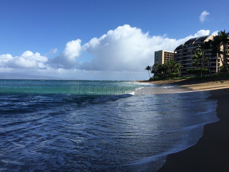 Пустой тропический пляж с облаками и роскошным кондо стоковые изображения
