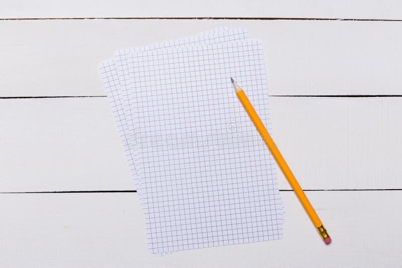 Пустой шаблон обложки книги со страницей в положении лицевой стороны на белой деревянной предпосылке стоковое изображение