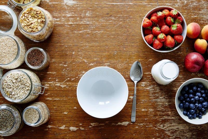 Пустой шар и богатое nutrious muesli запирают здоровые органические хлопья и свежие сезонные плодоовощи стоковая фотография