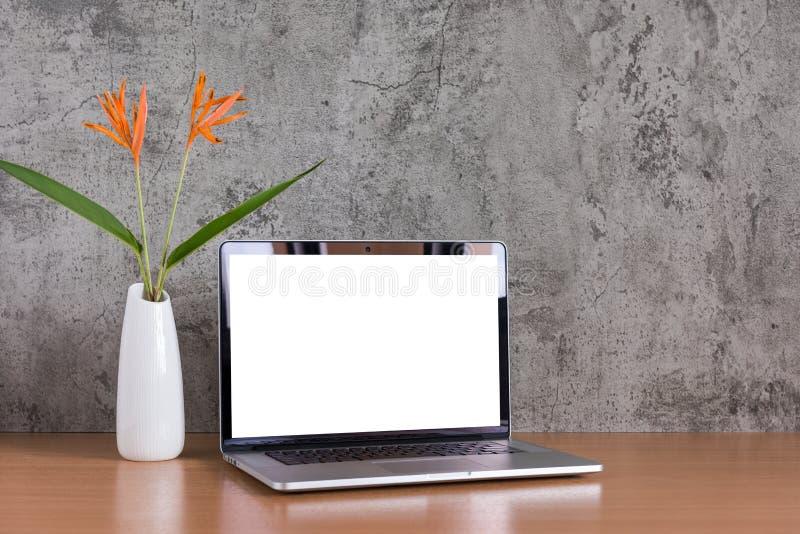 Пустой экран ноутбука с вазой цветков стоковые фото