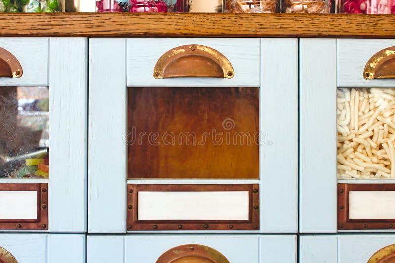Пустой ящик коробки с стеклянным фронтом в шкафе дисплея в сладостном магазине стоковая фотография