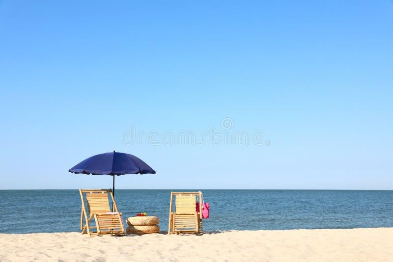 Пустые аксессуары деревянных и пляжа на песочном береге стоковая фотография rf