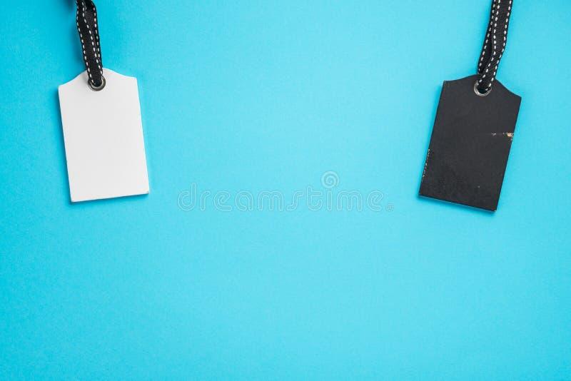 Пустые белые бирки в ряд на голубой предпосылке Взгляд сверху насмешка вверх по образцу пустой ценник Дизайн для ходя по магазина стоковое фото