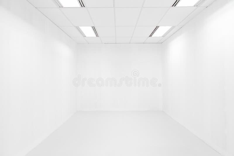 Пустые белая комната и потолочное освещение стоковое фото rf