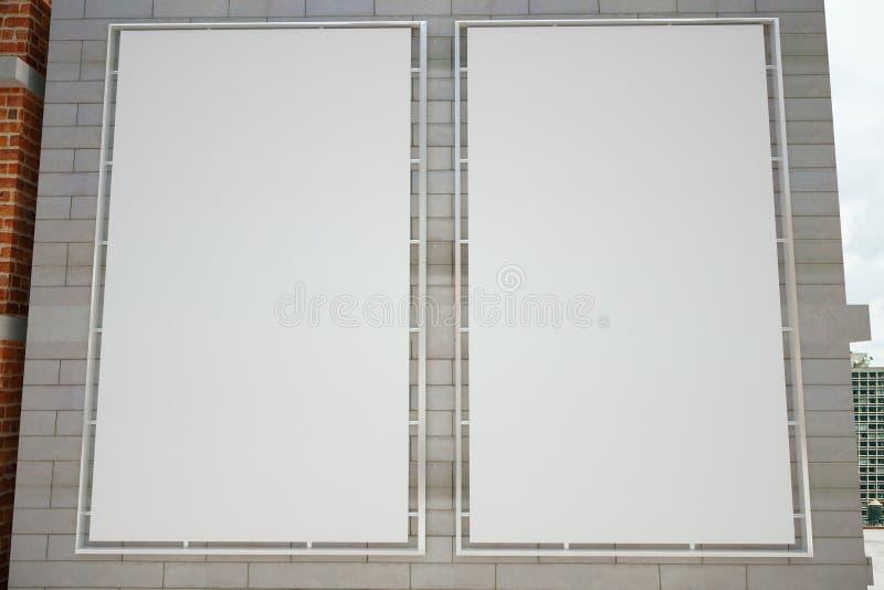 Пустые белые плакаты на серой кирпичной стене стоковое фото rf