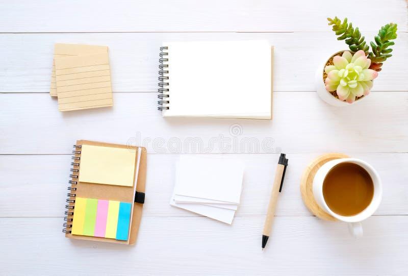 Пустые бумаги примечания, визитная карточка, ручка и кофе на белой деревянной предпосылке таблицы, с космосом экземпляра для текс стоковое фото