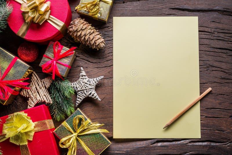 Пустые бумажные письма Санта-Клауса и рождественские украшения вокруг него Рождественский или новогодний праздничный фон показыва стоковое фото rf