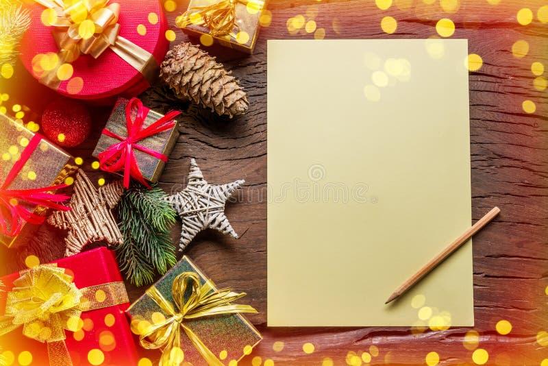 Пустые бумажные письма Санта-Клауса и рождественские украшения вокруг него Рождественский или новогодний праздничный фон показыва стоковые фотографии rf