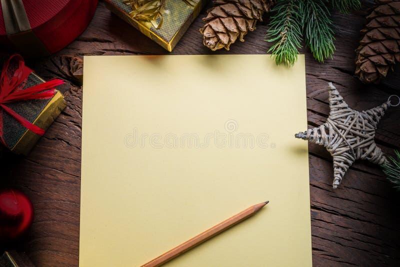 Пустые бумажные письма Санта-Клауса и рождественские украшения вокруг него Рождественский или новогодний праздничный фон показыва стоковое фото