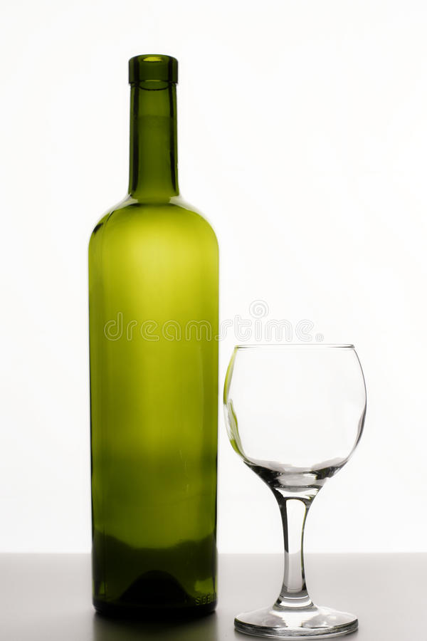 Пустые бутылка вина и стекло вина стоковая фотография rf