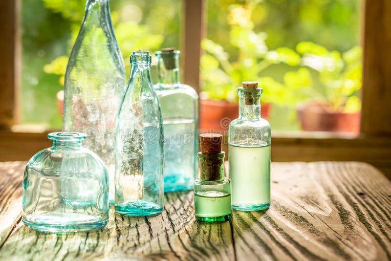 Пустые бутылки тинктур на солнечный день стоковое изображение rf