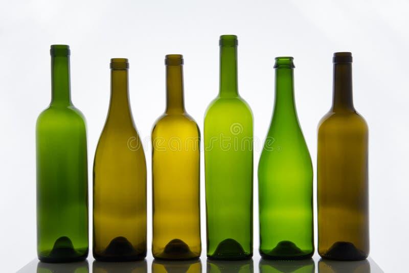 Пустые бутылки вина на белой предпосылке стоковые фото
